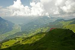 Absprung mit dem Gleitschirm im Berner Oberland