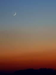Mond und Sterne im Abendrot