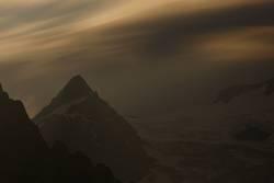 Bergspitze und Gletscher in der Nacht...