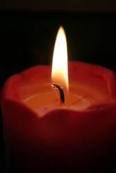 Kerzenlicht einer roten Kerze