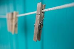 Wäscheklammern an Badehäuschen