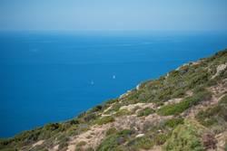 Segler im Mittelmeer an der Küste Korsikas
