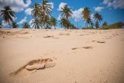 Fußspuren im karibischen Sand