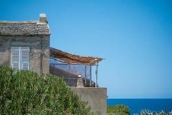Altes Gebäude mit Terrasse auf Korsika