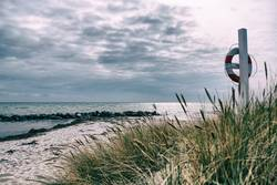 Badestrand mit Rettungsring bei Marstal / Dänemark