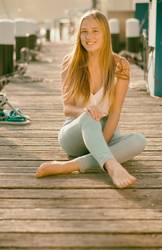 Junge Frau auf Bootssteg