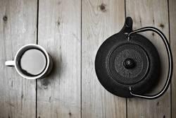 Becher und Teekanne.