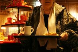 Oma im Bistro