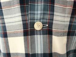 Kariertes Holzfällerhemd mit weißem Knopf