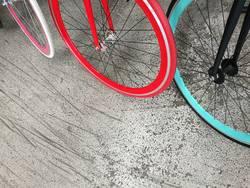 Modene Citybikes mit knallbunten Felgen und Reifen