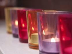 Kerzengläser in Reihe
