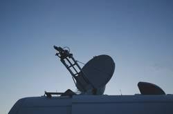 Satellitenschüssel auf dem Dach eines Autos