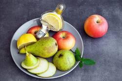 Obstteller mit Birne, Apfel und Zitrone