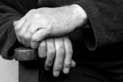 Hände an der Stuhllehne in Schwarz-Weiß