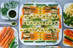 Nudelsalat mit gebratenen Frühlingszwiebeln und Zucchini