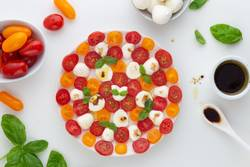 Tomate mit Mozzarella und Basilikum