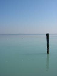 Pfahl in der ruhigen Weite des Gardasees