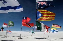 Zahlreiche Flaggen in Salar de Uyuni, Bolivien