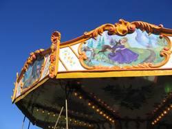Drehwurm vor blauer Kulisse
