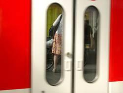 Frau auf dem Bahnsteig