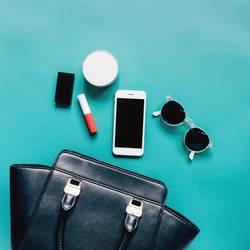 Flache Lage der Frauentasche öffnen mit Kosmetik