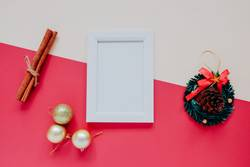 Fotorahmen Mock-up mit Weihnachtsschmuck