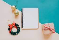 leere Notebook mock-up mit Weihnachtsschmuck