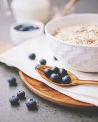 organische frische Blaubeere und Getreide mit Milch
