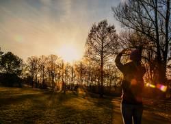 Frau liebt Sonnenuntergänge im Park