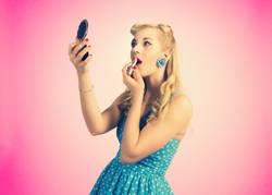PinUp Girl schminkt sich