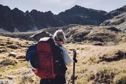 Junge Frau beim Wandern auf Alpenüberquerung | E5