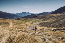 Junge Frau auf dem Abstieg vom Gipfel | E5 Alpenüberquerung