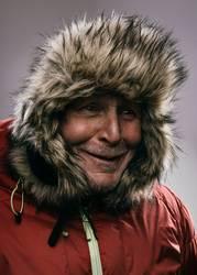 Portrait eines Rentners im Winteroutfit