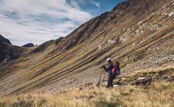 Junge Frau beim Abstieg vom Hirzer in Südtirol | E5