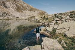Junger Mann im Wasser eines Bergsees in Südtirol