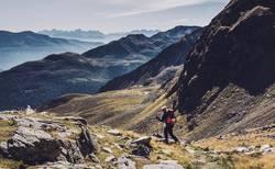Junge Frau beim Abstieg vom Gipfel | Hirzer Südtirol