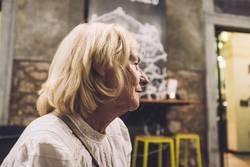 Dame in einem italienischem Cafe