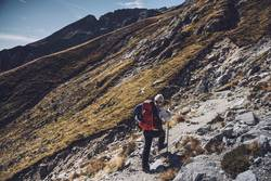 Junger Frau beim Aufstieg | E5 Alpenüberquerung