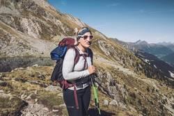 Junge Frau auf Alpenüberquerung | E5 Fernwanderweg