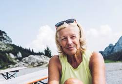 Rentnerin auf dem Gipfel