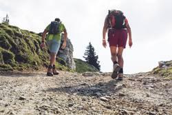Sportliche Rentner beim Wandern