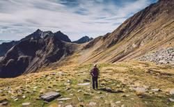 Junge Frau auf Alpenüberquerung | Hirzer E5