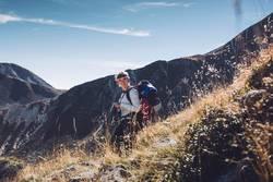 Junge Frau beim Wandern in Südtirol | E5