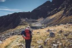 Junge Frau auf Alpenüberquerung | Südtirol