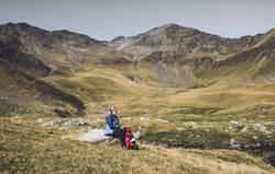 Junge Frau pausiert auf Alpenüberquerung | Südtirol E5