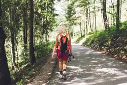 Rentnerin beim Wandern