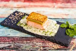 Lachs mit Wasabi-Kruste und Joghurt-Dill-Sauce