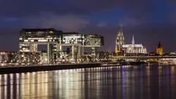 Nachtaufnahmen von den Kranhäusern, Rhein und dem Dom in Köln