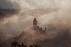 Reichsburg in Cochem mit Nebel bei Sonnenaufgang