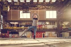 Yoga everywhere: Yoga bei Sonnenuntergang in einer Fabrikhalle